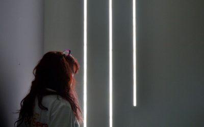I trucchi per valorizzare le pareti: scuretto, profili e led