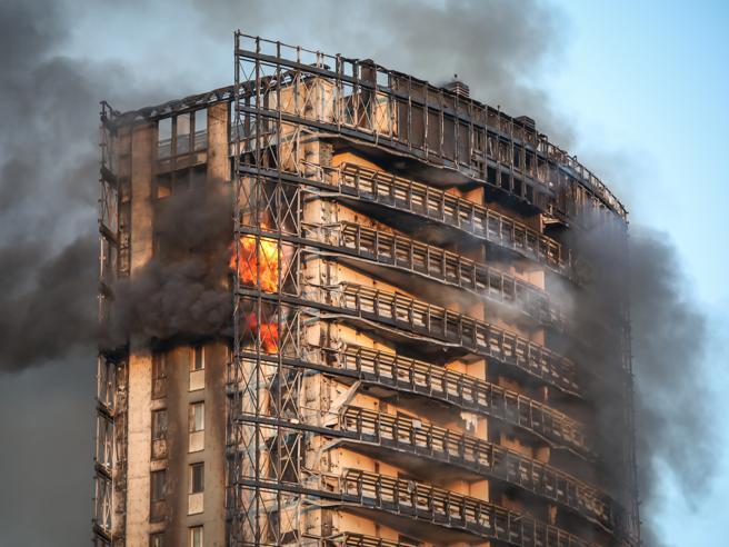 """Incendio del grattacielo di Milano: parla CORTEXA: """"a bruciare non è stato il Sistema a Cappotto"""""""